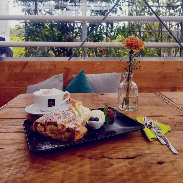 Café Huben warmer Apfelstrudel mit Vanilleeis und Sahne